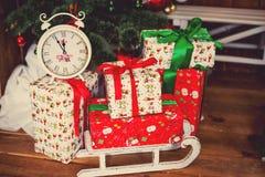 Δώρα Χριστουγέννων κάτω από fir-tree Στοκ φωτογραφία με δικαίωμα ελεύθερης χρήσης