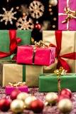 Δώρα Χριστουγέννων μεταξύ των διακοσμήσεων και των αστεριών στοκ φωτογραφίες με δικαίωμα ελεύθερης χρήσης
