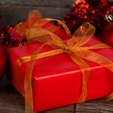 Δώρα Χριστουγέννων με μια χρυσή κορδέλλα στοκ εικόνα με δικαίωμα ελεύθερης χρήσης