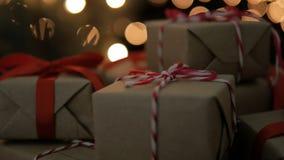 Δώρα Χριστουγέννων με τα φω'τα bokeh απόθεμα βίντεο