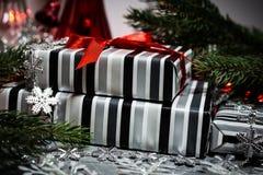 Δώρα Χριστουγέννων με την κόκκινη κορδέλλα στοκ εικόνα