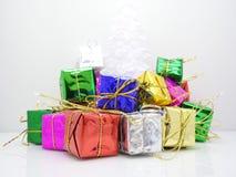Δώρα Χριστουγέννων με το άσπρο υπόβαθρο Στοκ Εικόνες