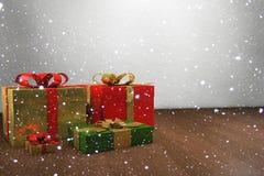 Δώρα Χριστουγέννων με το χιόνι Στοκ φωτογραφίες με δικαίωμα ελεύθερης χρήσης