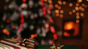 Δώρα Χριστουγέννων μπροστά από την εστία και τα μουτζουρωμένα φω'τα - κάμερα που μεγεθύνει έξω φιλμ μικρού μήκους