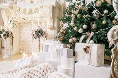 δώρα Χριστουγέννων πολλά Κλασικά διαμερίσματα με άσπρα σκαλοπάτια Στοκ Φωτογραφία