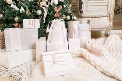 δώρα Χριστουγέννων πολλά Κλασικά διαμερίσματα με άσπρα σκαλοπάτια Στοκ Εικόνες