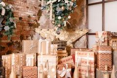 δώρα Χριστουγέννων πολλά μούρων ντεκόρ ελαιόπρινου βασικών φύλλων άσπρος χειμώνας δέντρων γκι χιονώδης εσωτερική σοφίτα σύγχρον Στοκ Εικόνα