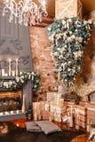 δώρα Χριστουγέννων πολλά μούρων ντεκόρ ελαιόπρινου βασικών φύλλων άσπρος χειμώνας δέντρων γκι χιονώδης εσωτερική σοφίτα σύγχρον Στοκ Εικόνες