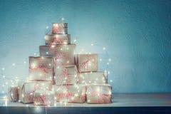 Δώρα Χριστουγέννων που διακοσμούνται με το φως Χριστουγέννων Στοκ Εικόνα