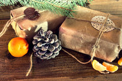 Δώρα Χριστουγέννων που συσκευάζονται στο έγγραφο του Κραφτ Στοκ εικόνες με δικαίωμα ελεύθερης χρήσης