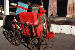 Δώρα Χριστουγέννων σε ένα wagen στοκ εικόνες