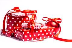 Δώρα Χριστουγέννων σε μια άσπρη ανασκόπηση στοκ εικόνες