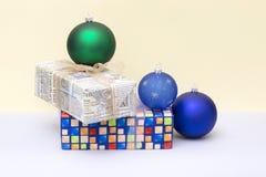 Δώρα Χριστουγέννων στα κιβώτια και τις σφαίρες Χριστουγέννων Στοκ Φωτογραφία