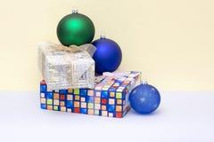 Δώρα Χριστουγέννων στα κιβώτια και τις σφαίρες Χριστουγέννων Στοκ Φωτογραφίες