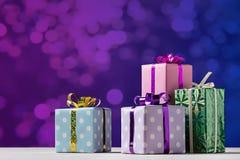 Δώρα Χριστουγέννων στην εορταστική συσκευασία Στοκ Εικόνα