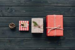 Δώρα Χριστουγέννων στη σειρά στον πίνακα Στοκ εικόνες με δικαίωμα ελεύθερης χρήσης