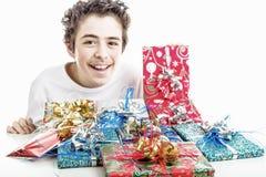 Δώρα Χριστουγέννων στις συσκευασίες με τις ζωηρόχρωμες κορδέλλες Στοκ Εικόνα