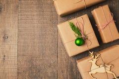 Δώρα Χριστουγέννων στο ξύλινο υπόβαθρο επάνω από την όψη Στοκ εικόνα με δικαίωμα ελεύθερης χρήσης