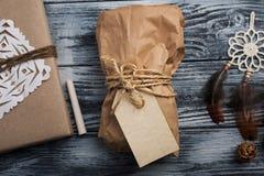 Δώρα Χριστουγέννων στο ξύλινο υπόβαθρο Στοκ Φωτογραφίες