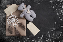 Δώρα Χριστουγέννων στο συγκεκριμένο υπόβαθρο Στοκ Εικόνες