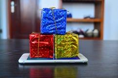 Δώρα Χριστουγέννων στο τηλέφωνο Στοκ φωτογραφίες με δικαίωμα ελεύθερης χρήσης