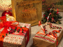 Δώρα Χριστουγέννων των παιχνιδιών και του χριστουγεννιάτικου δέντρου Στοκ Εικόνα