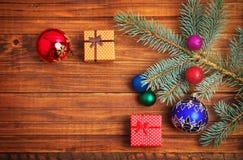 Δώρα Χριστουγέννων, fir-tree κλάδος και παιχνίδια Χριστουγέννων Στοκ φωτογραφίες με δικαίωμα ελεύθερης χρήσης