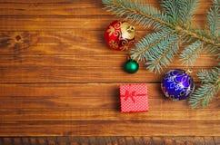 Δώρα Χριστουγέννων, fir-tree κλάδος και παιχνίδια Χριστουγέννων Στοκ φωτογραφία με δικαίωμα ελεύθερης χρήσης