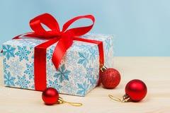 Δώρα Cristmas με τις κόκκινες κορδέλλες Στοκ Φωτογραφία
