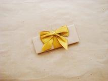 Δώρο ή δέμα σε έναν ξύλινο Στοκ φωτογραφίες με δικαίωμα ελεύθερης χρήσης