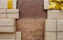 Δώρο ή δέμα σε έναν ξύλινο Στοκ εικόνες με δικαίωμα ελεύθερης χρήσης