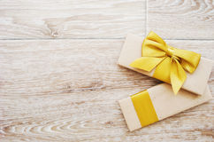 Δώρο ή δέμα σε έναν ξύλινο Στοκ φωτογραφία με δικαίωμα ελεύθερης χρήσης