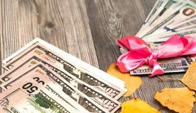 Δώρο διακοπών της κορδέλλας χρημάτων Μακρο δολάριο Στοκ Εικόνες