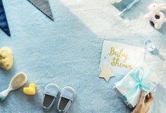 Δώρο εκμετάλλευσης χεριών για το ντους μωρών Στοκ εικόνες με δικαίωμα ελεύθερης χρήσης