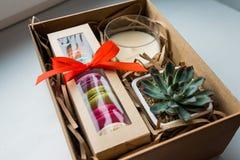 Δώρο, θηλυκό σύνολο δώρων Στοκ φωτογραφίες με δικαίωμα ελεύθερης χρήσης