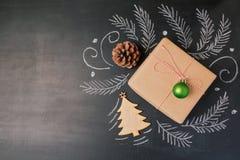Δώρο διακοπών Χριστουγέννων στο υπόβαθρο πινάκων κιμωλίας Άποψη άνωθεν με το διάστημα αντιγράφων στοκ εικόνες