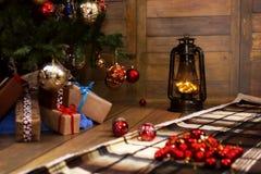 Δώρο και αντικείμενα Χριστουγέννων κάτω από το δέντρο έλατου Στοκ φωτογραφίες με δικαίωμα ελεύθερης χρήσης