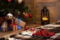 Δώρο και αντικείμενα Χριστουγέννων κάτω από το δέντρο έλατου Στοκ Εικόνα
