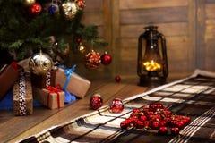 Δώρο και αντικείμενα Χριστουγέννων κάτω από το δέντρο έλατου Στοκ εικόνες με δικαίωμα ελεύθερης χρήσης