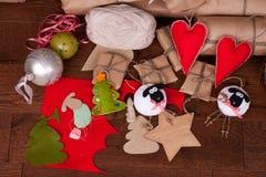 Δώρο και διακοσμήσεις Χριστουγέννων στο ξύλινο υπόβαθρο Στοκ φωτογραφία με δικαίωμα ελεύθερης χρήσης