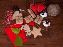 Δώρο και διακοσμήσεις Χριστουγέννων στο ξύλινο υπόβαθρο Στοκ Εικόνες