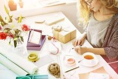 Δώρο καρτών γραψίματος γυναικών παρούσα έννοια Στοκ Εικόνα