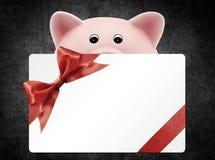 Δώρο καρτών με τη piggy τράπεζα, κόκκινο τόξο κορδελλών, που απομονώνεται στο Μαύρο Στοκ Εικόνες