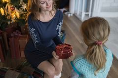 Δώρο κόρης από το mom στο χριστουγεννιάτικο δέντρο στοκ εικόνες με δικαίωμα ελεύθερης χρήσης