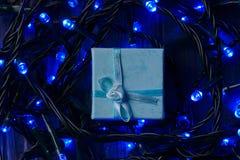 Δώρο με μια γιρλάντα Στοκ εικόνες με δικαίωμα ελεύθερης χρήσης