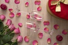 Δώρο με τα τριαντάφυλλα Στοκ φωτογραφίες με δικαίωμα ελεύθερης χρήσης