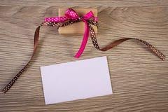 Δώρο με την κορδέλλα και επιστολή αγάπης για την ημέρα βαλεντίνων, διάστημα αντιγράφων για το κείμενο Στοκ Φωτογραφία
