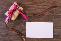 Δώρο με την κορδέλλα και επιστολή αγάπης για την ημέρα βαλεντίνων, διάστημα αντιγράφων για το κείμενο Στοκ Φωτογραφίες