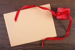 Δώρο με την κορδέλλα και επιστολή αγάπης για την ημέρα βαλεντίνων, διάστημα αντιγράφων για το κείμενο Στοκ Εικόνες