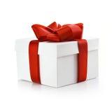 Δώρο με τη διακοσμητική κόκκινη κορδέλλα Στοκ Εικόνες